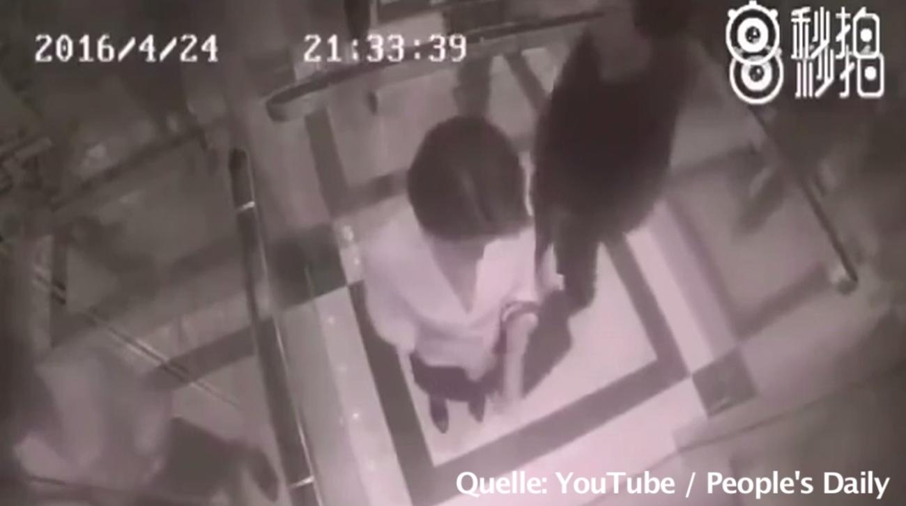 Frau wird von Lüstling in Aufzug begrabscht – ihre Reaktion hat er nicht erwartet