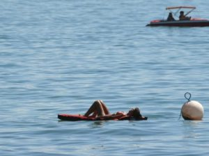 Sich einfach treiben lassen: Der sonnige Tag am Bodensee macht das möglich. Foto: Felix Kästle/dpa