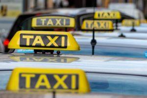 146998_Taxis_an_einem_Taxenstand-650x435