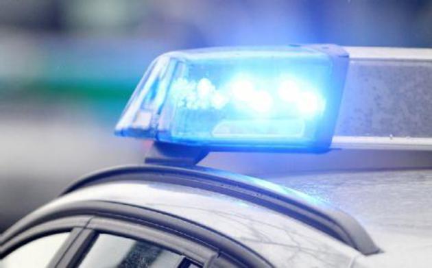 Drei Männer bedrängen junge Frau 20-Jährige sexuell genötigt