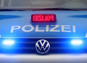 ARCHIV- Ein neues Einsatzfahrzeug der Polizei hat seine Beleuchtung für den Einsatz in Düsseldorf eingeschaltet (Foto vom 09.01.2012). Eine zentrale Stelle für alle Einkäufe der Landesregierung - vom Kugelschreiber bis zum Polizeiauto - könnte aus Sicht der FDP-Opposition in Nordrhein-Westfalen Millionen einsparen. Nach Schätzung einer von der Landtagsfraktion beauftragten Beratungsgesellschaft liegt das jährliche Einsparvolumen bei rund 230 Millionen Euro. Das Finanzministerium warnte hingegen, dass eine zu starke Zentralisierung des Einkaufs unwirtschaftlich würde. Foto: Roland Weihrauch dpa/lnw +++(c) dpa - Bildfunk+++