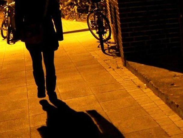 Frau zwischen parkenden Autos vergewaltigt – Täter auf der Flucht