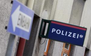 """APA16679064-4 - 28012014 - WIEN - …STERREICH: ZU APA-TEXT CI - THEMENBILD - Illustration zum Thema """"Polizeidienststellen"""": Laut Innenministerium stehen 122 Inspektionen vor der Schlie§ung, die Anzahl in Wien ist noch offen. Im Bild ein Hinweisschild einer Polizeiinspektion in Wien, aufgenommen am Mittwoch, 13. JŠnner 2014, in Wien. APA-FOTO: GEORG HOCHMUTH"""