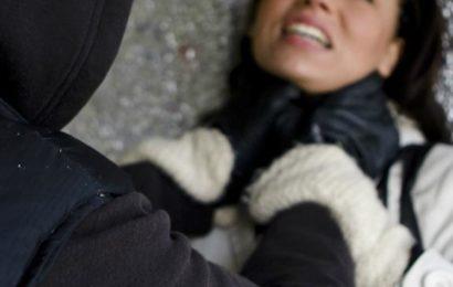 Jugendliches Mädchen überfallen – Polizei sucht Zeugen