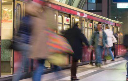 Mann onaniert in S-Bahn  , Frau zieht Notbremse