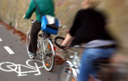 Zwei Männer nach brutalem Überfall auf Radfahrerin flüchtig