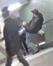 Männer-Gang tritt Frau die Treppen runter