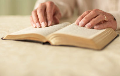 Afghane sticht in OÖ auf Bibelvorleserin ein
