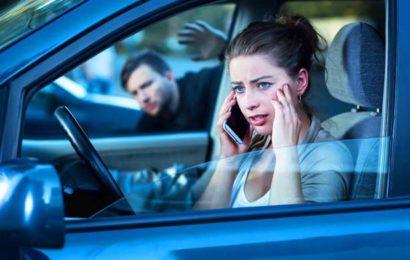 Mann will durch Fenster in Auto von 24-Jähriger steigen