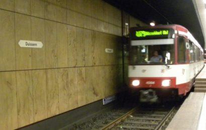 Jugendliche werfen Kontrolleurin aus Duisburger Straßenbahn