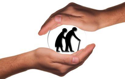 Räuber werfen 82-Jährige zu Boden