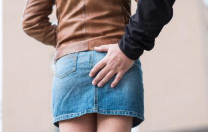 Junge Frau in Straßenbahn unsittlich berührt