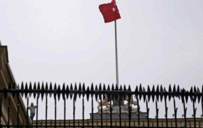 Demonstrant hisste Türkei-Flagge über niederländischem Konsulat