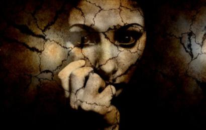 Frau zu Boden geschubst und ausgeraubt
