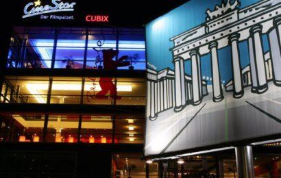 Mann flüchtet vor aggressivem Mob in ein Kino am Alex