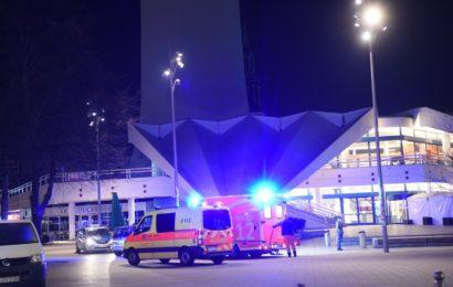 Zwei Männer verprügeln brutal eine Frau am Alexanderplatz