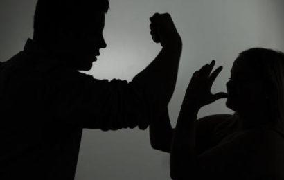 Mann schlägt Kopf von Freundin gegen Zugscheibe