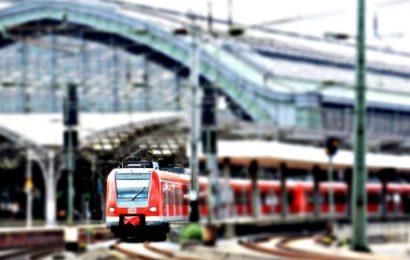 Schwarzfahrer schlägt auf Zugbegleiter ein