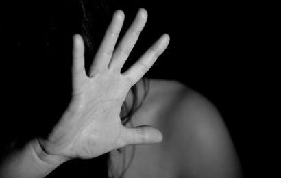 Frau in Supermarkt sexuell belästigt