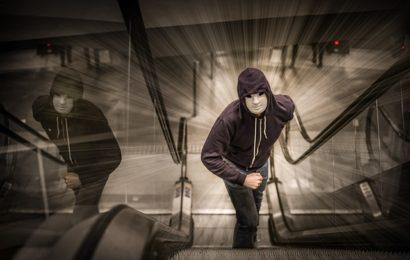 Handy entrissen – Polizei sucht nach jungen Männern