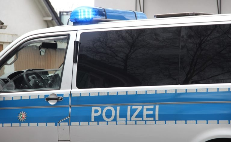 19-Jähriger von drei Unbekannten geschlagen und ausgeraubt