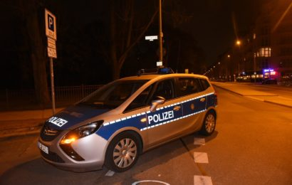 Volkspark Friedrichshain: 16-Jähriger niedergestochen – Not-OP!