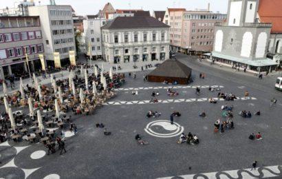 Mehrere Männer belästigen junge Frau am Rathausplatz