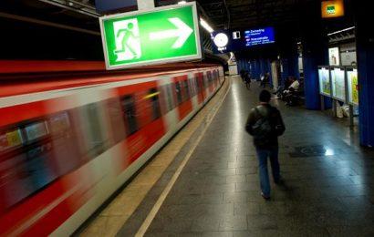 Sexuelle Belästigung am Bahnhof: Zwei Männer überfallen Frau mit Hund