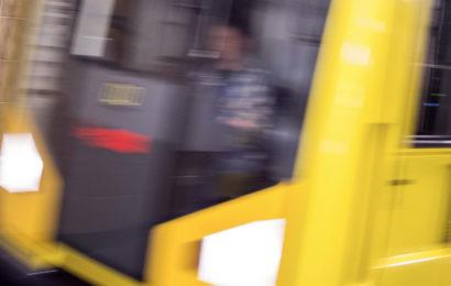 Mann schubst Frau auf Berliner U-Bahnsteig