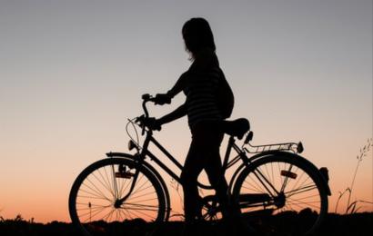 Junge Männer begrapschen Fahrradfahrerin