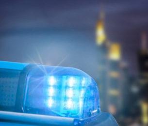 Mann mit Messer flüchtet aus Bäckerei nachdem der Verkäufer und Hilfe ruft