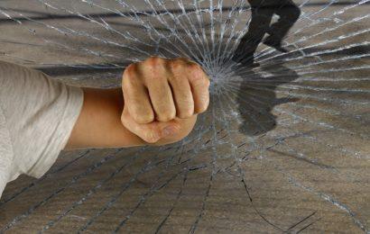 Junger Mann im Streit mit Messer verletzt