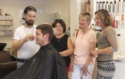 Syrischer Friseur schneidet Chefin in den Hals