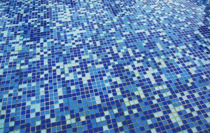 Mädchen (13) im Schwimmbad belästigt – sie geht sofort zum Bademeister