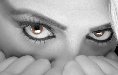 Frau von drei Männern sexuell belästigt