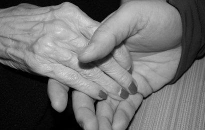 Seniorin von Unbekanntem zu Boden gestoßen und unsittlich berührt