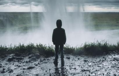 Mann zieht 11-Jährigen aus und masturbiert vor ihm