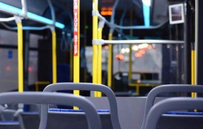 Sexattacke im Linienbus: Gruppe junger Männer begrapschen zwei Mädchen!