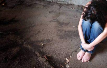 Jungen belästigen und schlagen Mädchen im Bus