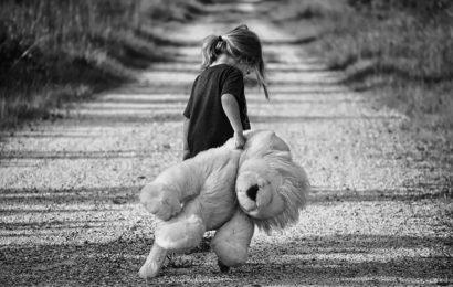 Frau wirft eigenes Kind auf die Straße