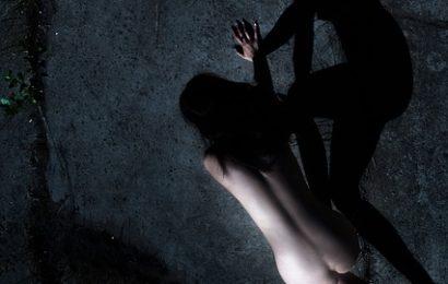 Junge Frau von fünf Männern am See vergewaltigt