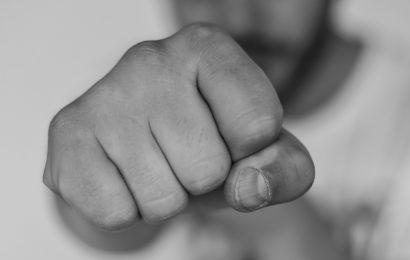 Unbekannter schlägt grundlos auf 30-Jährigen ein