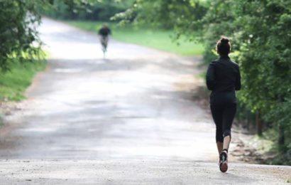 Spaziergängerin von Radfahrer sexuell belästigt