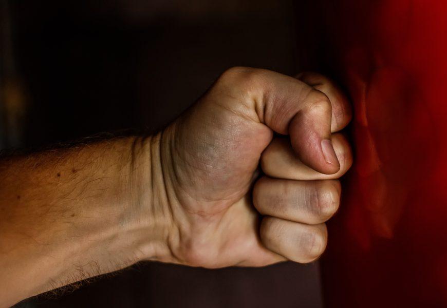 Männer belästigen zwei Mädchen: Als die Polizei eingreifen will, eskaliert die Situation