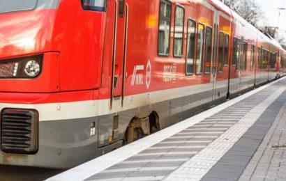 Unbekannter beleidigt und bedroht Zugbegleiterin mit Messer