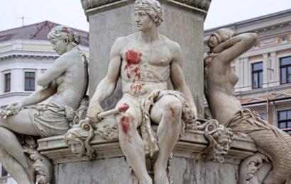 Asylbewerber schmiert Hakenkreuze mit seinem Blut!