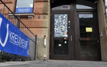 Eine Bar hat Ärger mit einer Gruppe von Flüchtlingen