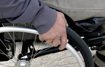 Gehbehinderten Mann hinterrücks niedergestochen