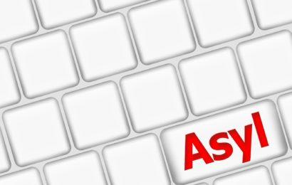 Drei Polizisten werden bei Einsatz in Asylheim verletzt