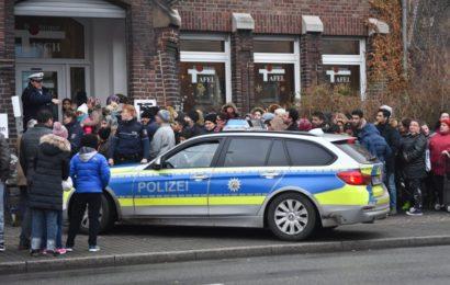 Tumulte vor Bottroper Tafel: Hunderte Menschen drängeln wegen Weihnachtspäckchen und lösen Polizeieinsatz aus
